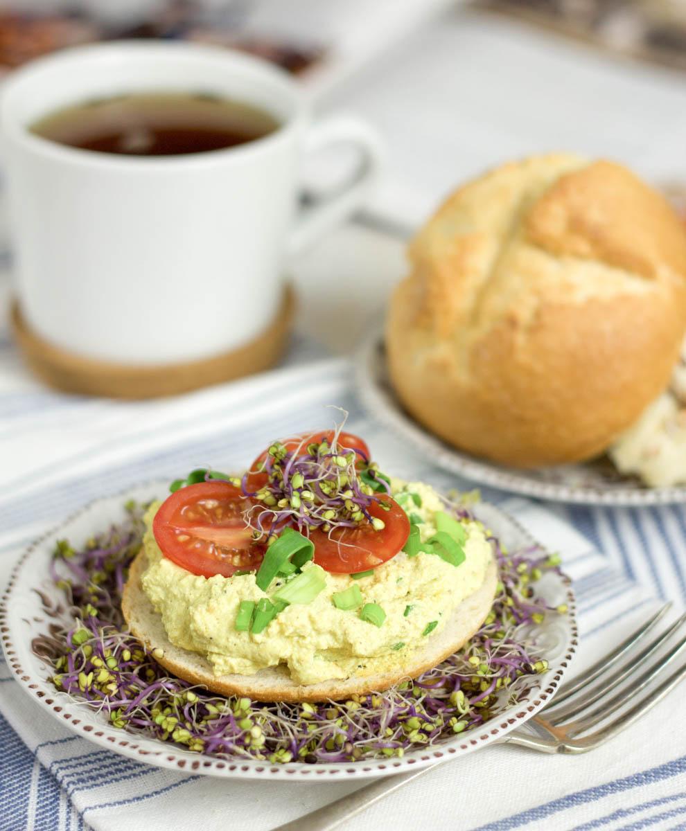 """Wegańska """"Jajeczna"""" pasta z tofu bez jajek"""