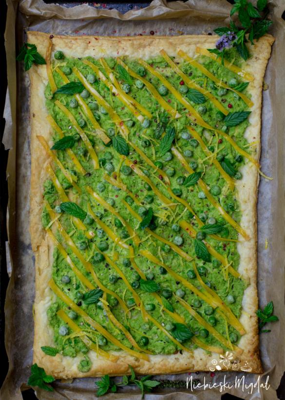 Wegańska pizza z francuskiego ciasta z zielonym groszkiem i miętą_Niebieski Migdał